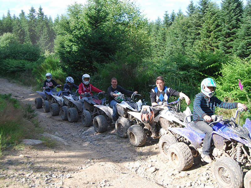 groupe d'enfants et ados en stage sportif apprenant à faire du quad