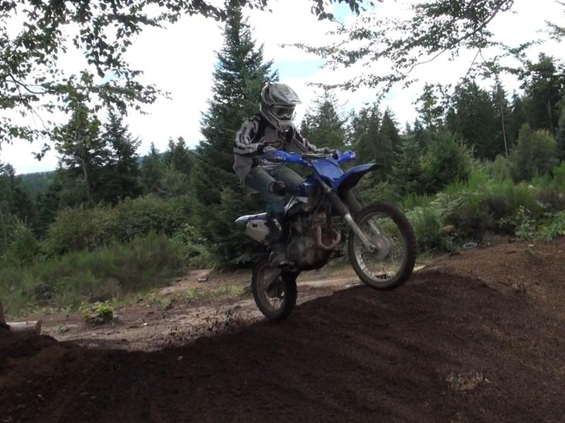 Enfant faisant de la moto en colonie de vacances cet été