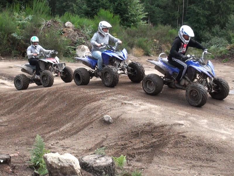 enfants faisant du quad en stage de sports mécaniques cet été