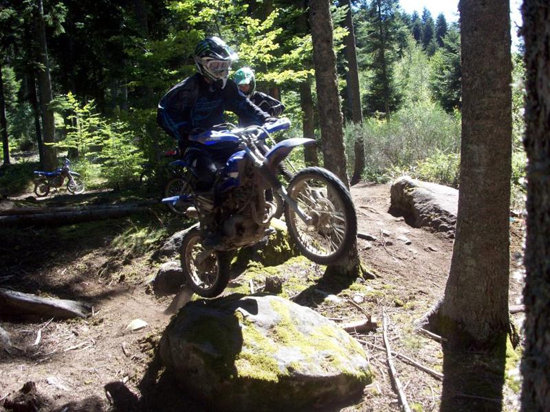 ado faisant de la moto à haut niveau grace à un stage de perfectionnement moto pour ados
