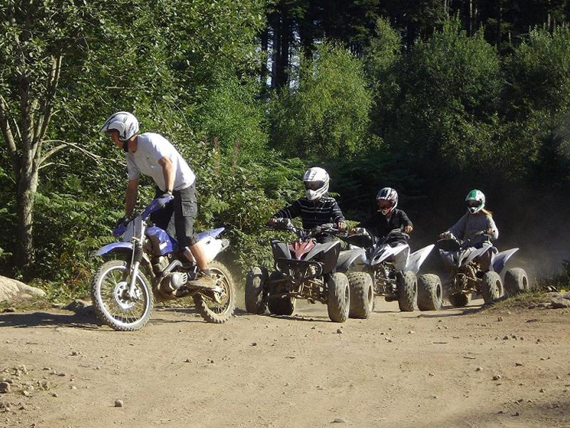 enfants et ados sur des quad en colonie de vacances sports mécaniques cet été