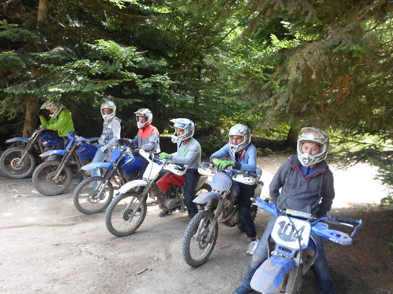 groupe d'adolescents faisant de la moto en colonie de vacances cet été