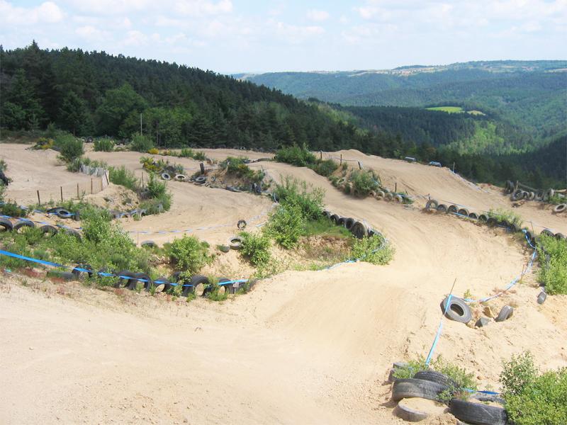 vue sur un terrain de quad et moto pour stages sportifs pour enfants et ados