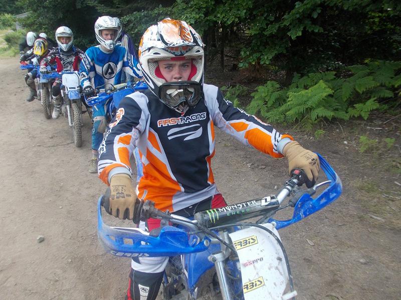 adolescents faisant de la moto en stage sportif cet été