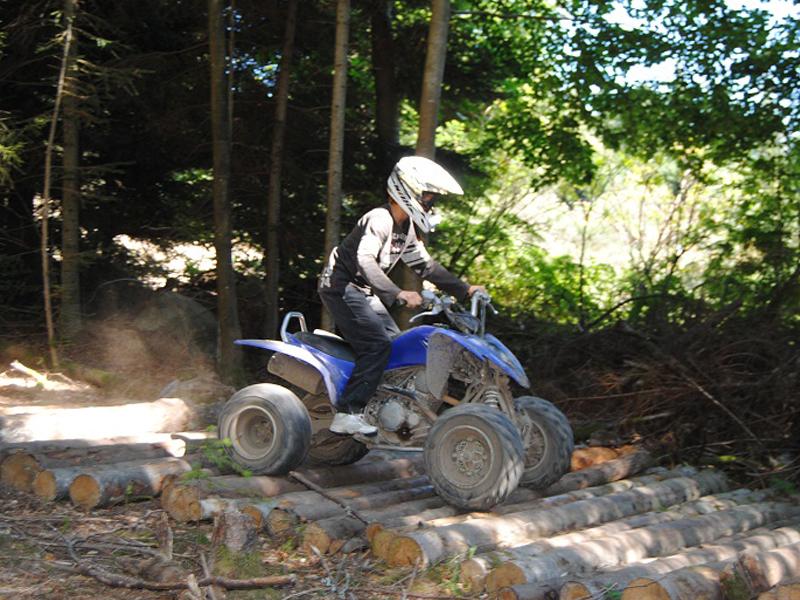 enfants apprenant à passer des obstacles avec un quad durant un stage sportif dédié aux sports mécaniques