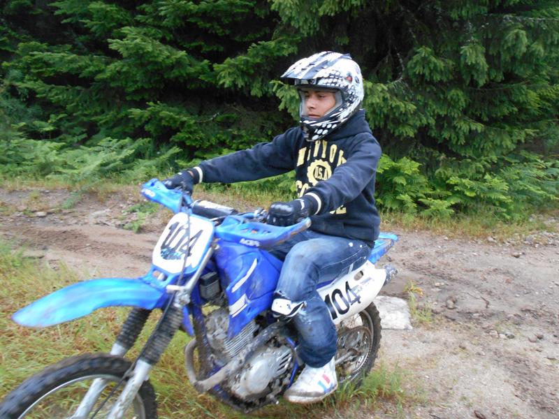adolescent faisant de la moto cross en stage sports mécaniques cet été