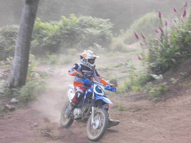 Adolescent faisant de la moto cet été en stage sportif