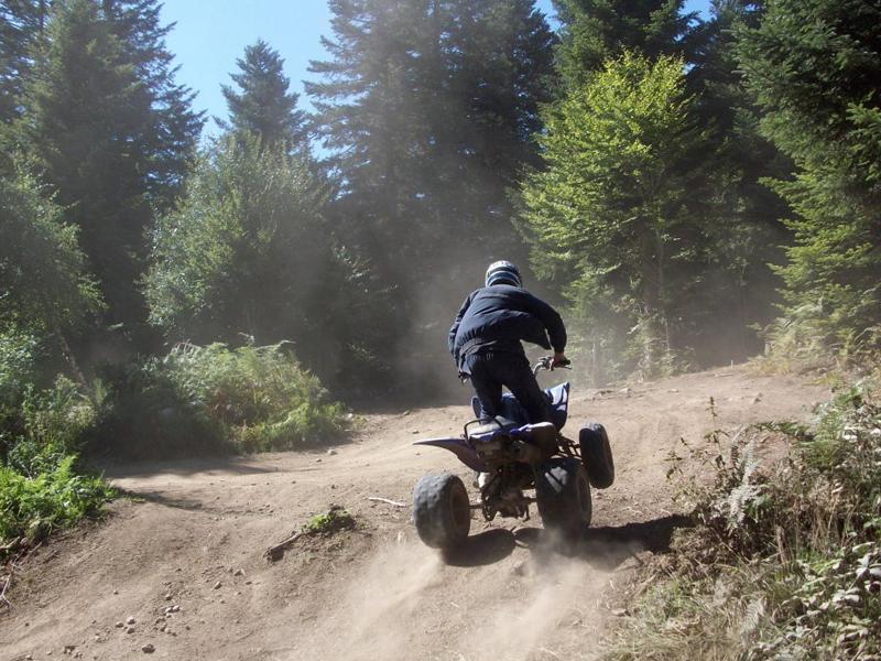 Enfant conduisant un quad durant un stage sportif de quad et moto cet été