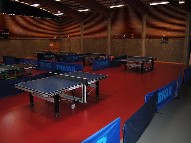 Vue sur les équipements sportifs de tennis de table stage sportif colonie de vacances