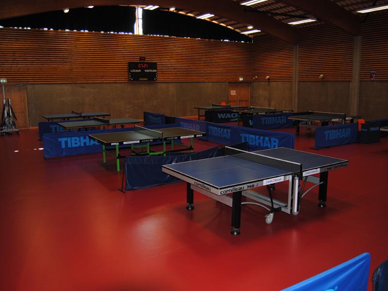 tables de tennis de table en gymnase en stage sportif pour enfants et ados cet été