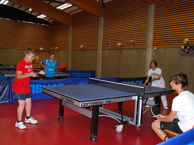 enfants jouant au tennis de table en stage sportif de tennis de table cet été