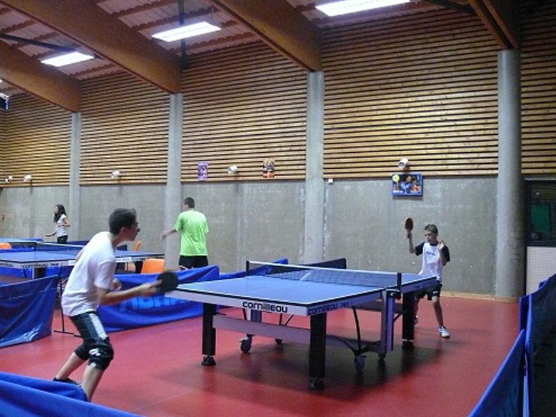 enfants en stage de tennis de table pendant les vacances scolaires