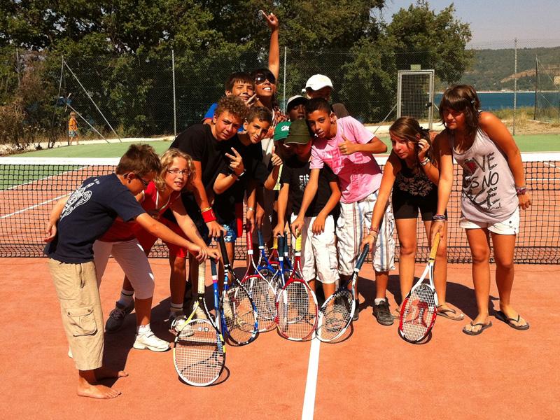 groupe d'enfants jouant au tennis en stage sportif de tennis cet éé