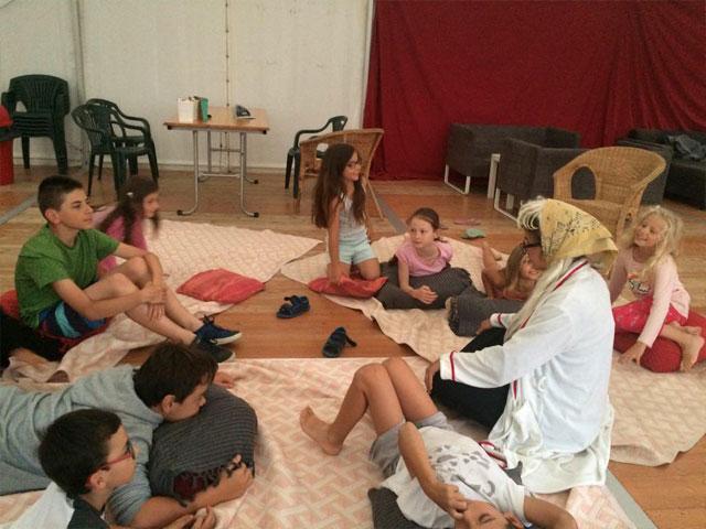 Moment de détente pour les enfants de la colonie de vacances