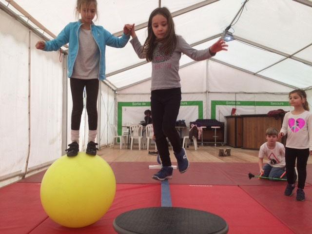 Deux jeunes fille sur une map monde qui pratique le cirque en colonie de vacances