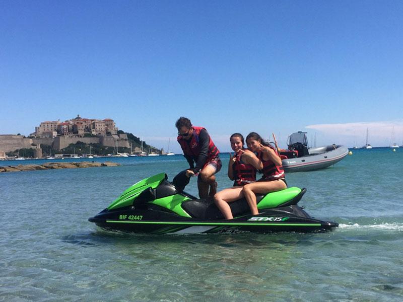 Deux ados sur un jet ski en Corse