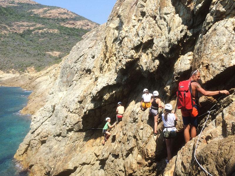 Groupe d'ados pratiquant de la Viaferata en Corse