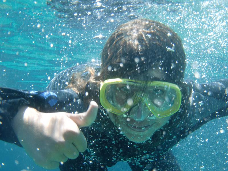 Enfants sous l'eau avec son masque en colo