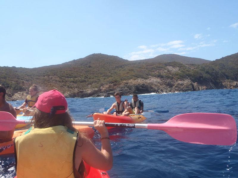 Groupe d'ados qui pratique le kayak en Corse
