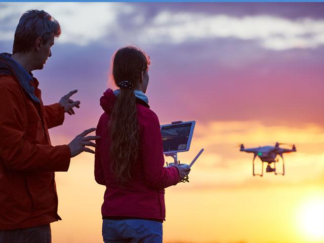 adolescente apprenant à piloter un drone en colonie de vacances