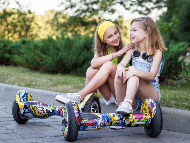 adolescentes faisant de l'hoverboard en colonie de vacances cet été