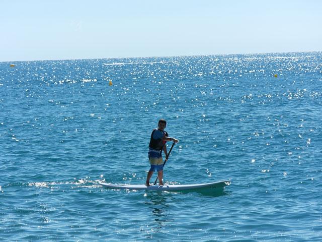 Adolescent faisant du paddle en colonie de vacances en Corse