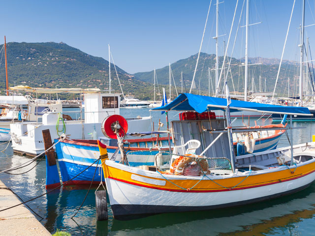 Bateaux au port de corse en colonie de vacances