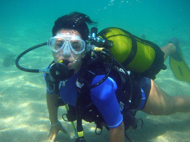 Adolescente pratiquant la plongée sous marine en Corse en colonie de vacances