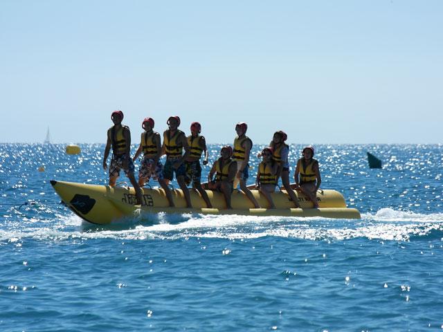 Groupe d'enfants sur une bouée tractée en colonie de vacances en Corse cet été