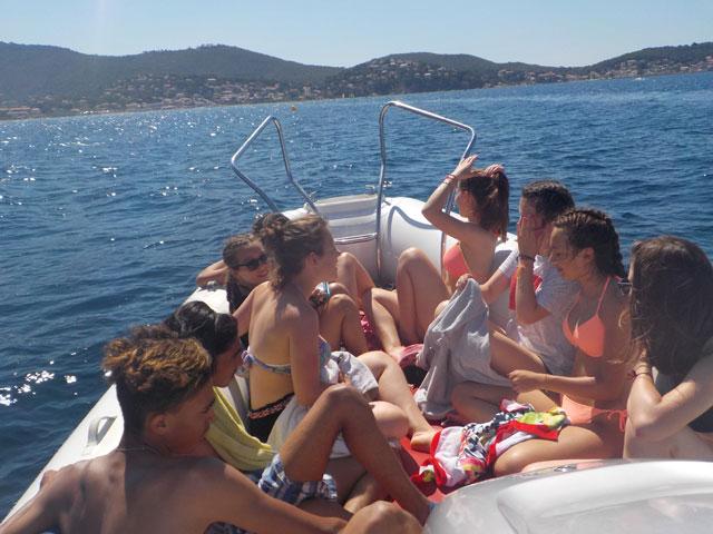 Adolescents sur un bateau en balade en mer en colonie de vacances en Corse