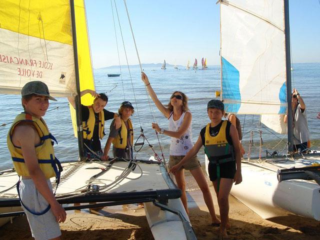 Enfants et ados apprenant à faire du bateau à voile en colonie de vacances corse