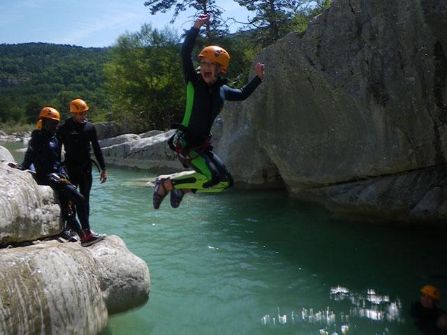 Enfants et ados en colo en Corse faisant du canyoning