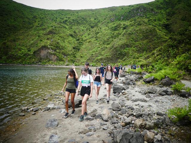adolescents en randonnée en colonie de vacances cet été