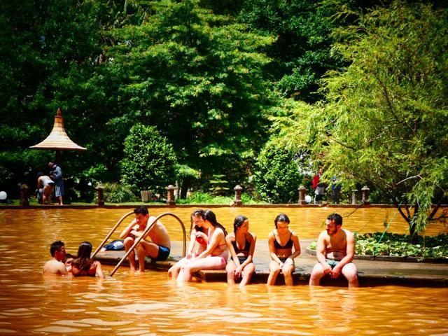 Adolescents se baignant en colonie de vacances cet été aux açoers