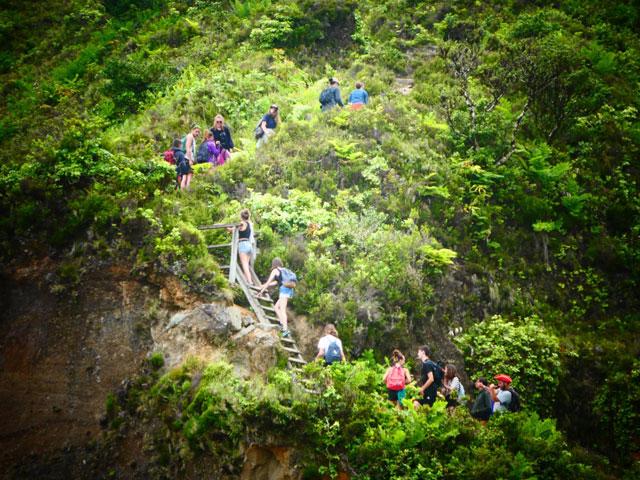 Adolescents en randonnée cet été aux açores en colonie de vacances