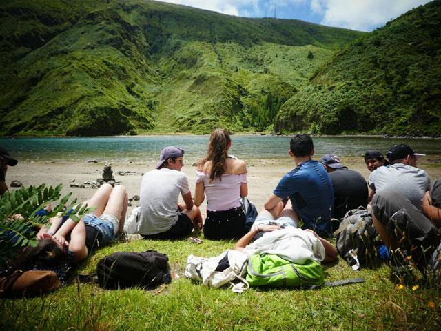 Adolescents en bord de lac en colonie de vacances aux açores cet été