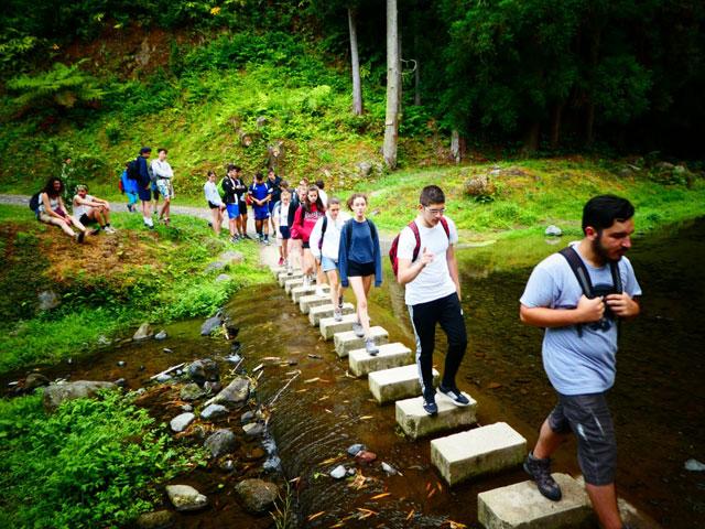 Adolescents en randonnée en colonie de vacances cet été aux açores
