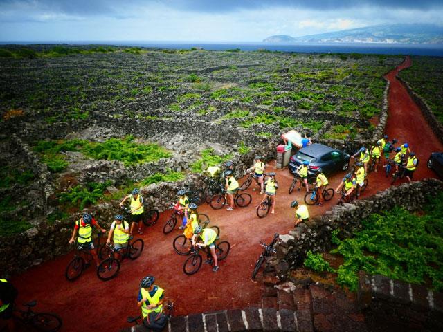 Enfants et ados en colonie de vacances aux açores en balade à vélo