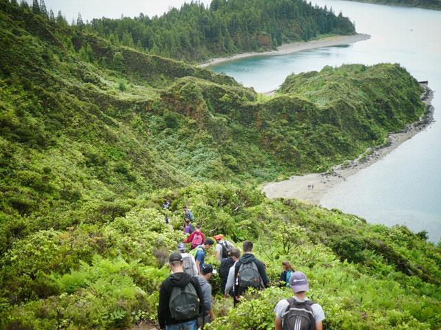 Ados en randonnée aux açores pendant une colonie de vacances