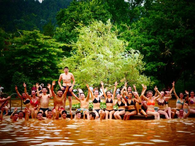 groupe d'adolescents en train de se baigner en colonie de vacances aux açores cet été