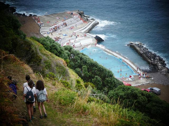Adolescents en colonie de vacances aux açores cet été