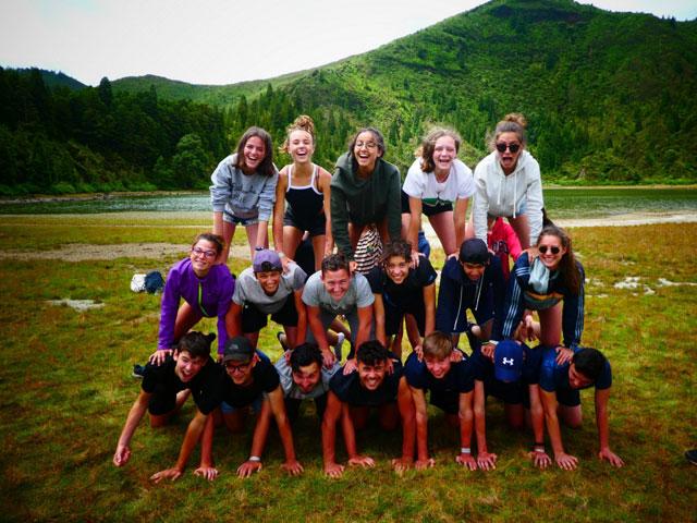 Groupe d'ados en colonie de vacances cet été