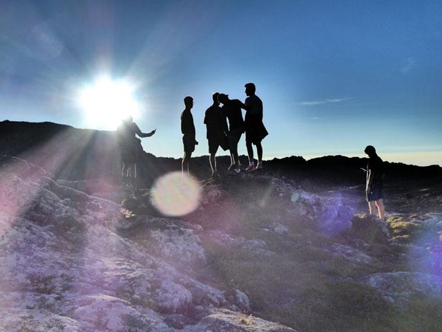 Adolescents observant les paysages des açores sous le coucher de soleil en colonie de vacances