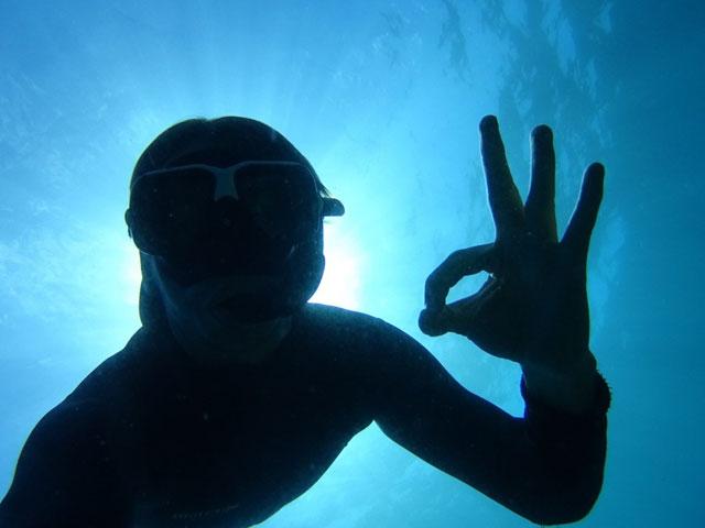Adolescent se baignant en colonie de vacances cet été aux açores