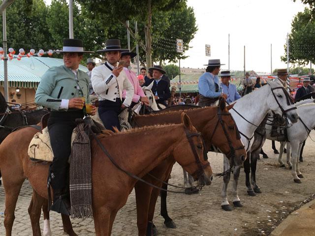 Folklore espagnol célébration avec des chevaux en colonie de vacances cet été en Espagne