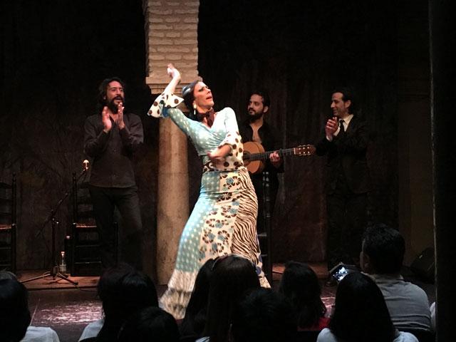 Femme dansant le flamenco cet été en colonie de vacances en Espagne
