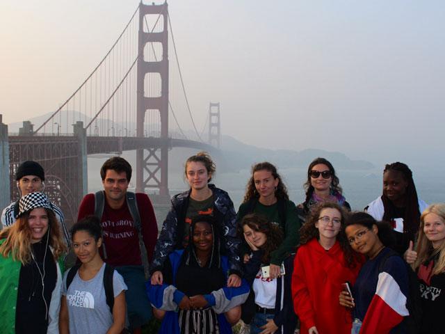 groupe d'ados en colonie de vacances devant le golden gate bridge