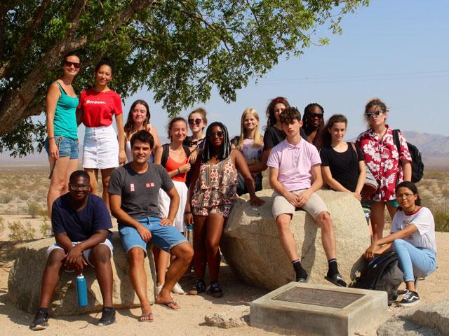 Photo de groupe d'adolescents en colonie de vacances road trip en Californie cet été
