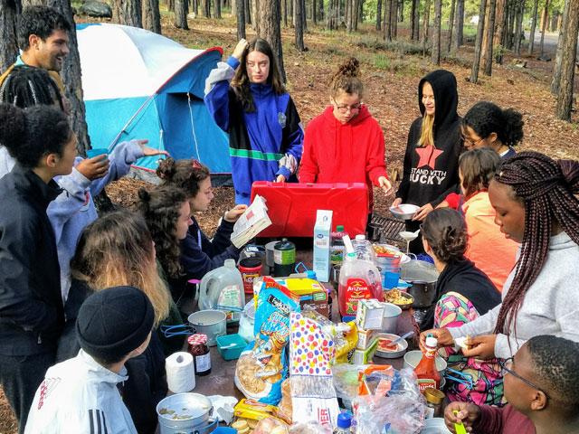 Adolescents en pique nique en colonie de vacances en California cet été