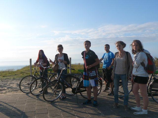 adolescents en randonnée à vélo durant un séjour itinérant en Europe